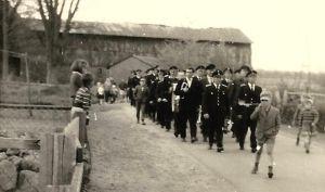 Alte_Dorfstrasse_Feuerwehrumzug_Ende_der_1950er